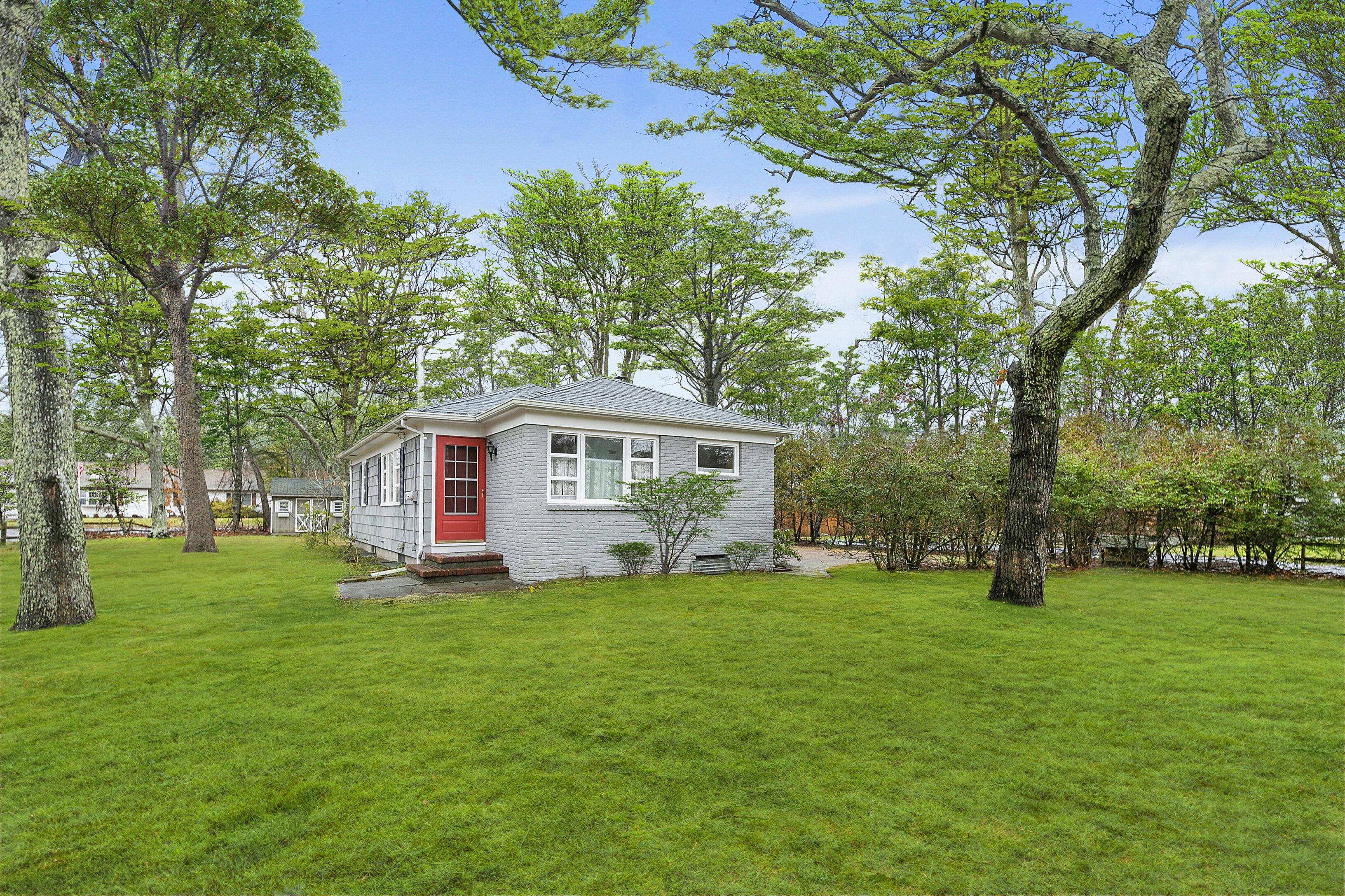 21 Shinnecock Ln - Hampton Bays, New York